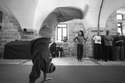 """La visión de la escuela es que  """"sueñan con una sociedad en la que los palestinos participen en una dinámica vida cultural y artística que abarca la creatividad, la libertad de expresión y la diversidad como uno de los principales pilares de una sociedad justa e inclusiva""""."""